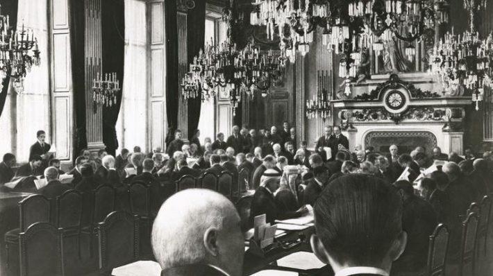 Pariisi rahukonverents. President Woodrow Wilson lugemas ette Rahvasteliidu põhikirja. Foto: Prantsusmaa välisministeeriumi arhiiv