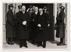 Aleksander Warma Leedus volikirja üle andmas. Foto: välisministeeriumi arhiiv