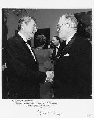 Ernst Jaakson kätlemas Eesti Vabariigi esindajana USA presidendi Roland Reaganiga 1982. aastal. Foto: välisministeeriumi arhiiv