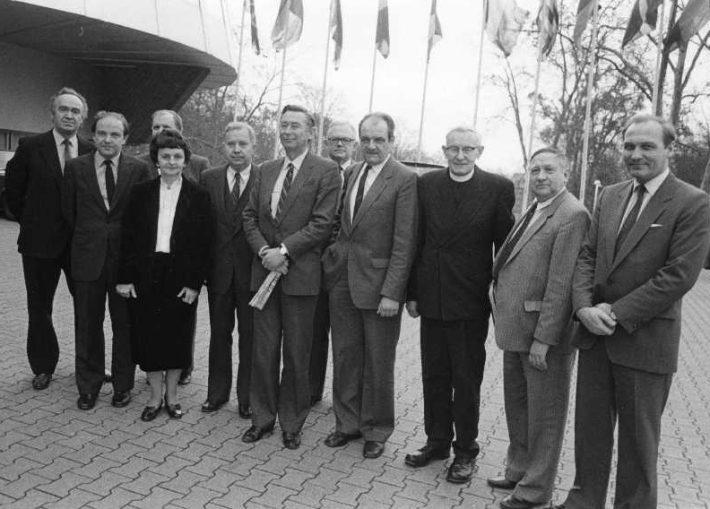 Balti resolutsiooni vastuvõtmise eel Balti delegatsioon Euroopa Parlamendi ees Strasbourgis. Vasakult: leedulaste esindaja Inglismaalt; Inglise Parlamendi liige Richard Simmons; pr Venskas ja hr Venskas Prantsusmaalt; dr Bobelis USA-st; Balti delegatsiooni juhataja Alan R. Tyrrell; Läti Inf. keskuse juhataja Saksamaalt Julijs Kadelis; leedu kirikuõpetaja Prunskis; Läti Kesknõukogu esimees Rootsis Imants Freimanis; U. E. K. Euroopa büroo juhataja Ants Luik. Foto: Rahvusarhiiv