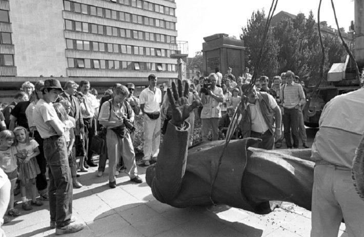 Molotovi-Ribbentropi pakti aastapäeval 23.8.1991 Lenini kuju kangutamine EKP Keskkomitee (praeguse välisministeeriumi) eest. Foto: Peeter Langovits