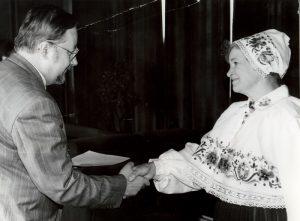 Valvi Strikaitiene annab üle oma volikirjad Leedu Vabariigi Ülemnõukogu esimehele Vytautas Landsbergisele 2. juulil 1992. Foto: Valvi Strikaitienė erakogu