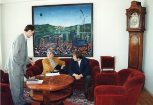 Kohtumine välisministeeriumis enne volikirja viimist Merile, vasakul protokolliülem Andres Unga ja paremal Leedu asjur Deividas Matulionis. Foto: Voldemar Maask, välisministeeriumi arhiiv